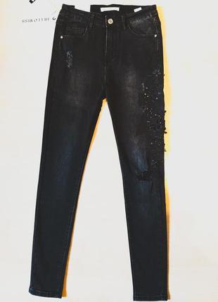 Джинсы скинни рваные с принтом женские узкие черные с вышивкой высокой посадкой4 фото