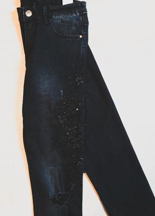 Джинсы скинни рваные с принтом женские узкие черные с вышивкой высокой посадкой6 фото