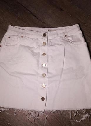 Стильная белая джинсовая юбка на пуговицах спереди