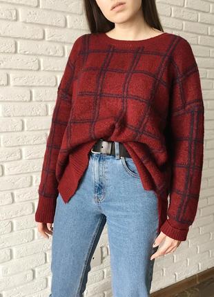 Бордовый свитер в клетку