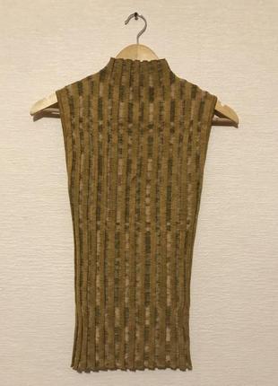 Стильный гольф безрукавка в рубчик горчично-песочного цвета с натуральным составом