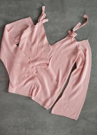 Розовый свитер с открытыми плечами на завязках