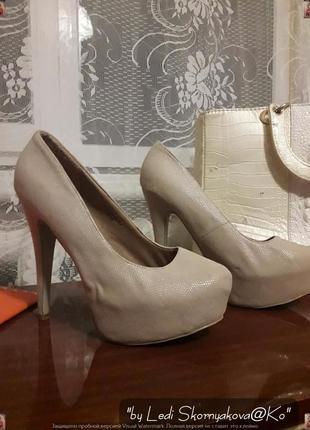 Бежевые туфли с золотстым  напылением, размер 39