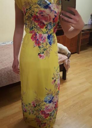 Яркое летнее платье с цветочным принтом.
