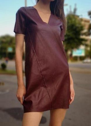 Кожаное бордовое платье от zara