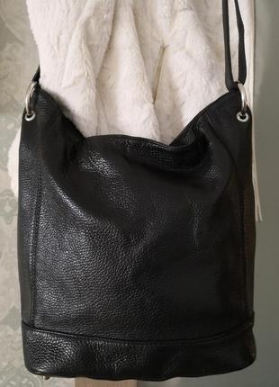 Красивая кожаная большая сумка.