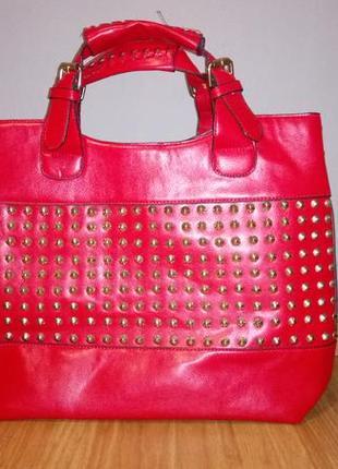 Большая красная сумка с шипами