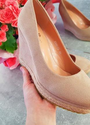 Туфли на танкетке пудровые розовые