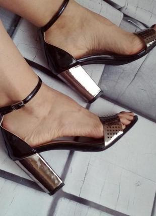 Стильные босоножки с закрытой пяткой и толстым каблуком