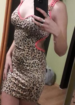 Леопардовое платье с разрезами