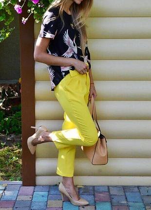 Классические жёлтые штаны с толстым ремнём4
