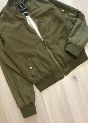 Крутезний трендовий бомбер куртка демисезон деми хаки хакі на замочку3