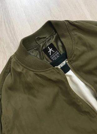 Крутезний трендовий бомбер куртка демисезон деми хаки хакі на замочку4