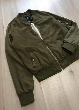 Крутезний трендовий бомбер куртка демисезон деми хаки хакі на замочку5