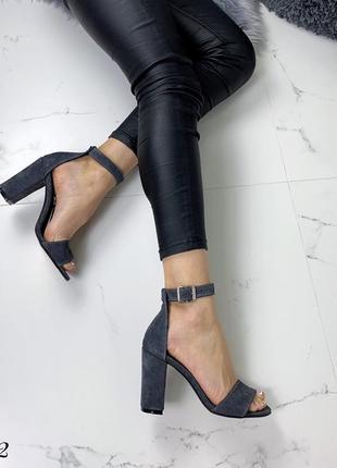 Замшевые босоножки на широком каблуке с ремешком вокруг ноги. 36-405 фото