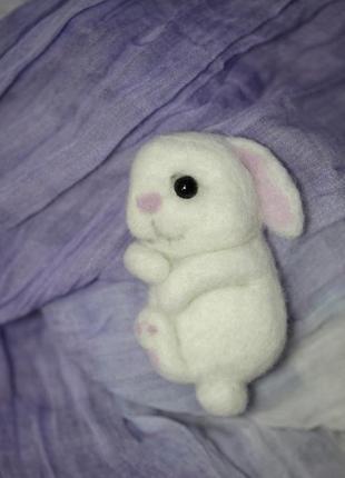 Брошь валяная зайчик белый2
