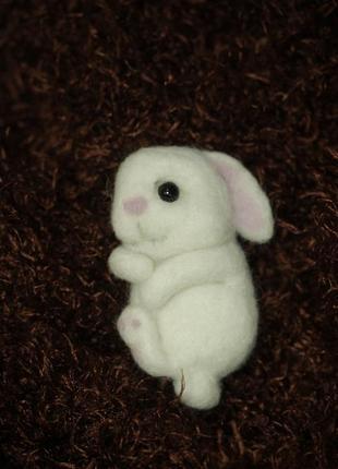 Брошь валяная зайчик белый1