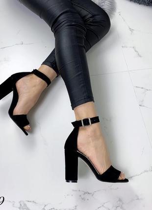Замшевые босоножки на широком каблуке с ремешком вокруг ноги. 36-403