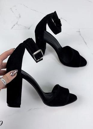 Замшевые босоножки на широком каблуке с ремешком вокруг ноги. 36-401