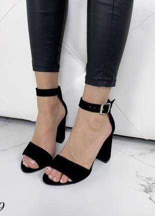 Замшевые босоножки на широком каблуке с ремешком вокруг ноги. 36-404