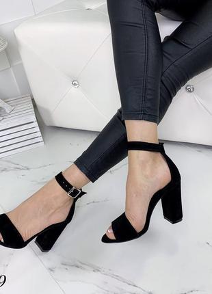 Замшевые босоножки на широком каблуке с ремешком вокруг ноги. 36-405