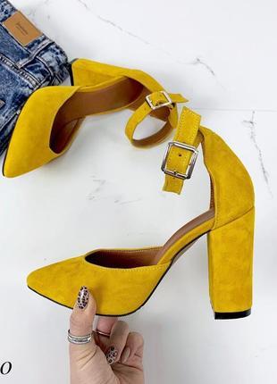 Замшевые туфли лодочки с чокером с ремешком с узким носком1 фото