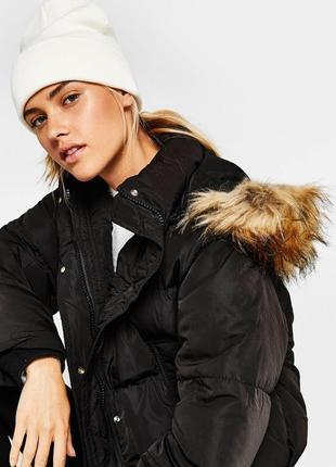 Укорочённая чёрная дутая куртка с капюшоном bershka