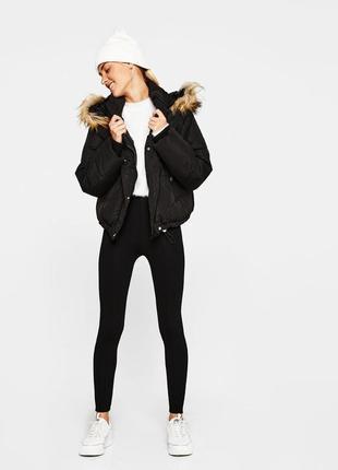 Укорочённая чёрная дутая куртка с капюшоном bershka3