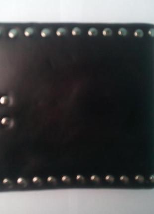 Кошелёк с металлическими заклёпками в готическом стиле