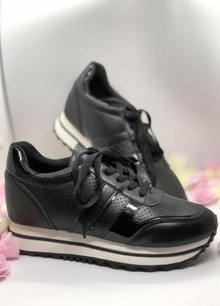Спортивные черные кроссовки на танкетке1