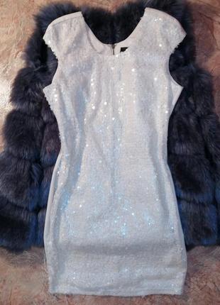 Очень красивое платье бежевого цвета в пайетках