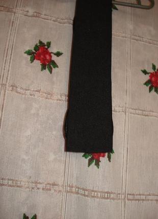 Ремень черного цвета с сиреневыми вставками.3
