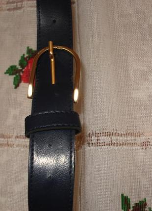 Супер ремень черного цвета с золотистой пряжкой.