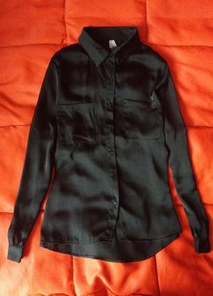 Сексуальная черная атласная блуза с карманами1 фото