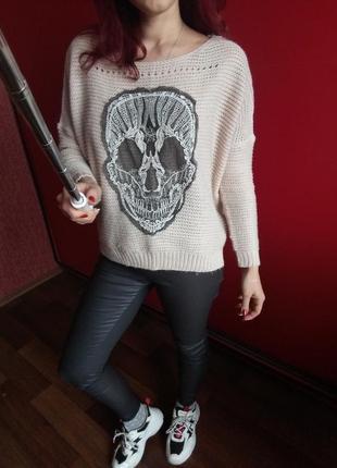 Нюдовый оверсайз свитер с черепом с опущенным плечевым швом2