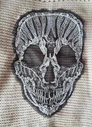 Нюдовый оверсайз свитер с черепом с опущенным плечевым швом4