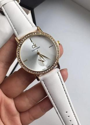 Часы в белом цвете+коробочка