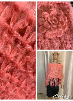 Кораллово-розовое вязаное пончо с бахромой с вязаной розой брошью