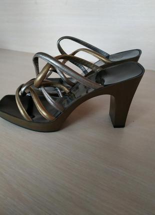 Утончённые французкие босоножки на каблуке от charles jourdan