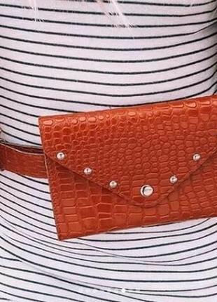 Стильная поясная сумка-конверт рыжая под крокодилью кожу