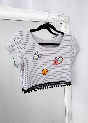 Яркая футболка в полоску с помпонами кроп топ с патчами