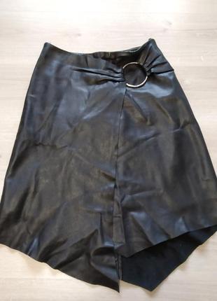 Эффектная кожаная юбка с запахом с ассиметричным подолом