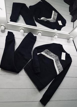 Спортивный костюм на флисе с актуальной леопардовой вставкой