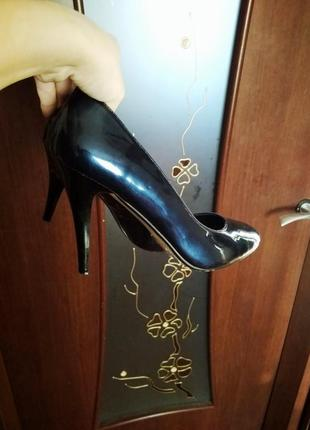 Синие лаковые туфли на шпильке