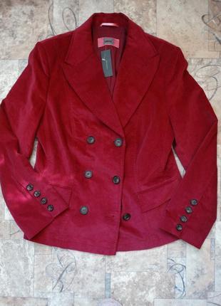 Красивый стильный вельветовый пиджак малинового цвета