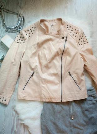 Пудровая розовая  короткая куртка косуха кожанка с заклепками батал большой размер