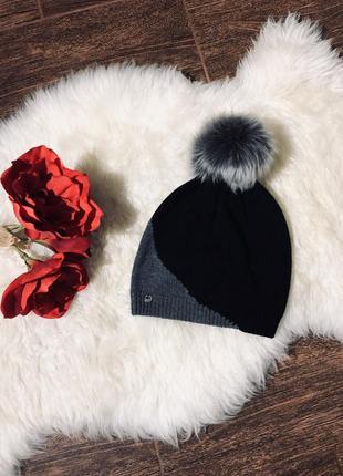 Очень красивая шапка с голограммой с натуральным помпоном