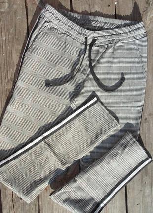 Серые повседневные классические брюки в клетку с лампасами