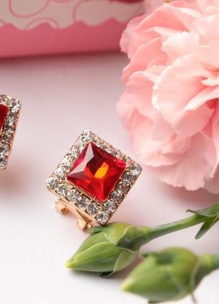 Красивые серьги с красными камнями