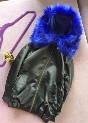 Актуальная весення куртка бомбер с шикарным цвета электрик мехом на капюшоне